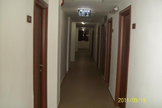 Ginot Yam Hotel: коридор с номерами на 2 этаже отеля.можно подняться на лифте,а можно по лестнице