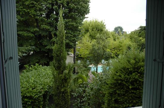 Hôtel le Chalet Fleuri : from the room towards the garden and pool