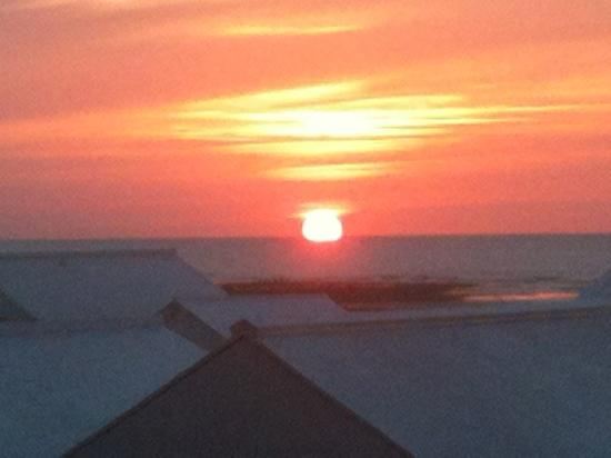 Le Bellevue : coucher de soleil face à l'hôtel