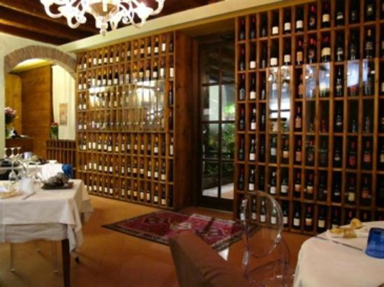 Osnago, Italia: vista parete legno vini