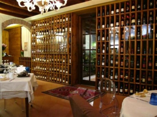 Osnago, İtalya: vista parete legno vini