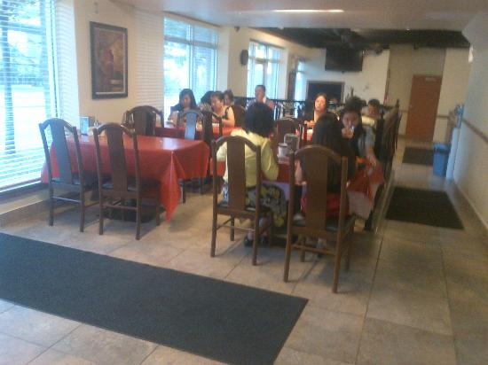 Days Inn Surrey: everyone enjoying there breakfast!!!!