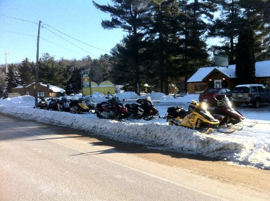 Carnarvon, Canada : snowmobile to the mill pond
