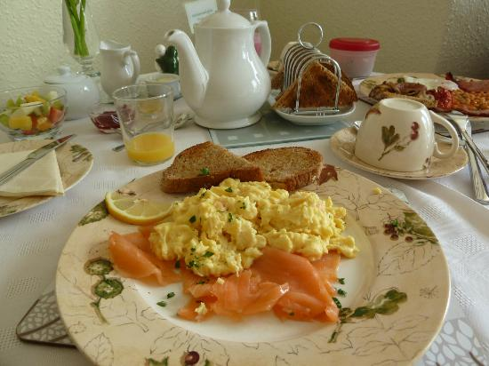 Seven Oaks Guest House: Hot breakfast (smoked salmon and egg)