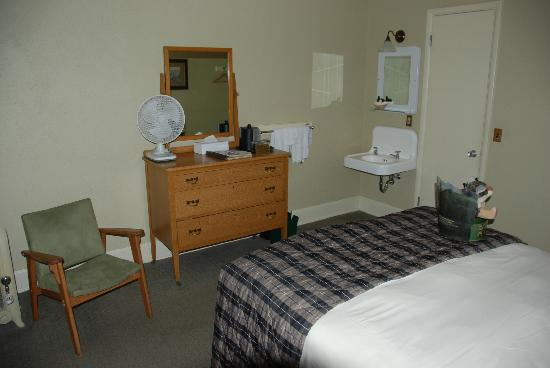 Mammoth Hot Springs Hotel & Cabins: Dresser, chair and sink area in room