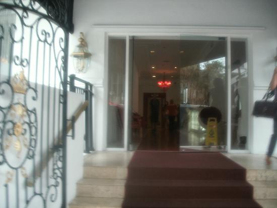 Red South Beach Hotel: Hotel Entrance