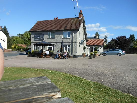 Kings Head Public House: The pub viewed from the outdoor seating