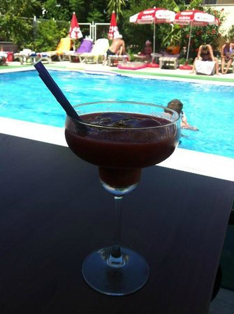 Hotel Bonjour : Frozen Strawberry drink by the pool