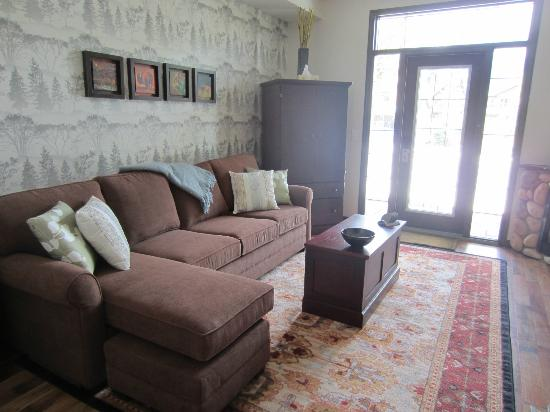 Mystic Springs Chalets & Hot Pools : Newly renovated living room