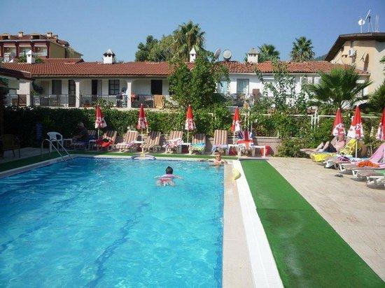 Hotel Bonjour: Larger pool