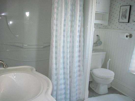 Atlantic Sojourn Bed & Breakfast: Magnolia ensuite bathroom