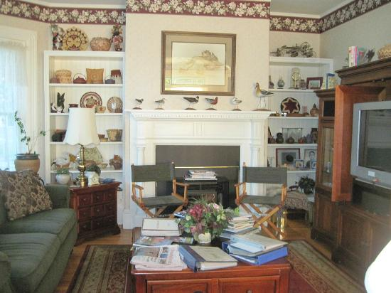 Atlantic Sojourn Bed & Breakfast : Relaxing living area for guests downstairs