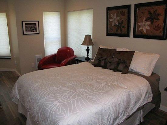 Cowichan Bay Guest Suites: Queen Bed