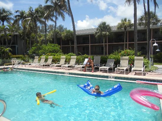Sanibel Inn: piscina