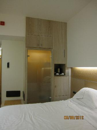Hilton Garden Inn Rome Claridge: Closets had ample space and a safe