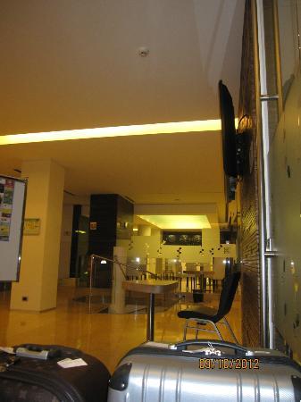 Hilton Garden Inn Rome Claridge: Lobby area looking towards reastaurant