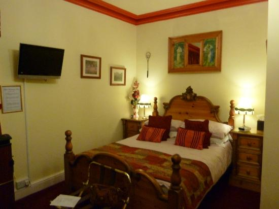 Creston Villa Guest House: Pine Room, bed so comfortable.