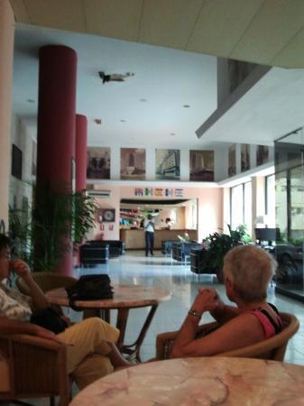 Hotel Vedado: Hueco permanente  en el techo del lobby