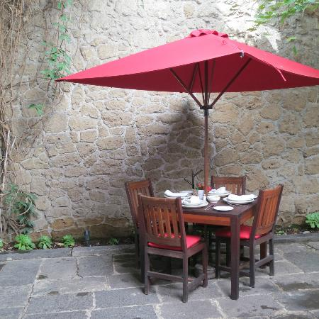 Casareyna Hotel: Outdoor eating area