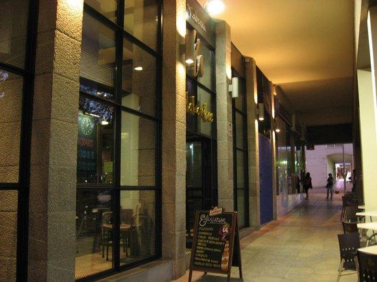 Restaurante Taberna Matahambre: Fachada del local, bajo los soportales.