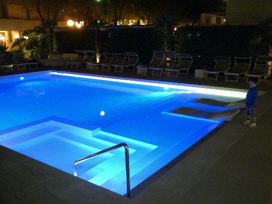 Beaurivage Hotel : piscina in notturna
