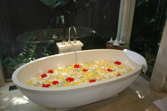 White Rose Kuta Resort, Villas & Spa: Pool Villa Bathtub