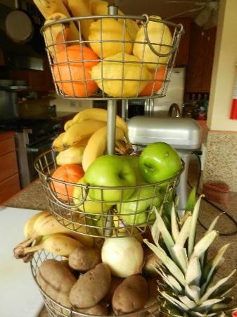 Trumpeter Inn: Bountiful fresh fruit used in all the goodies and meals...