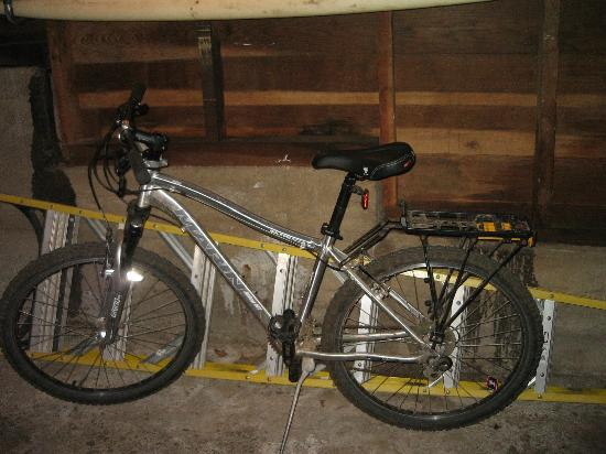 Muir Beach, แคลิฟอร์เนีย: 2 mountain bikes and surfboard in garage