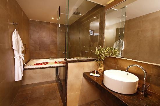 Azure spa picture of hotel reina isabel quito tripadvisor - Banos con jacuzzi ...