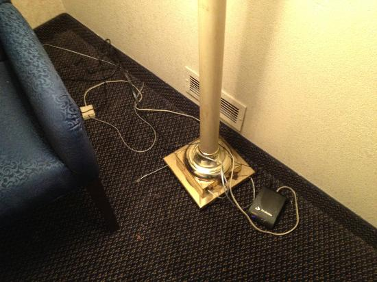 Holiday Inn Washington - Georgetown: loose wires everywhere, no desk in room