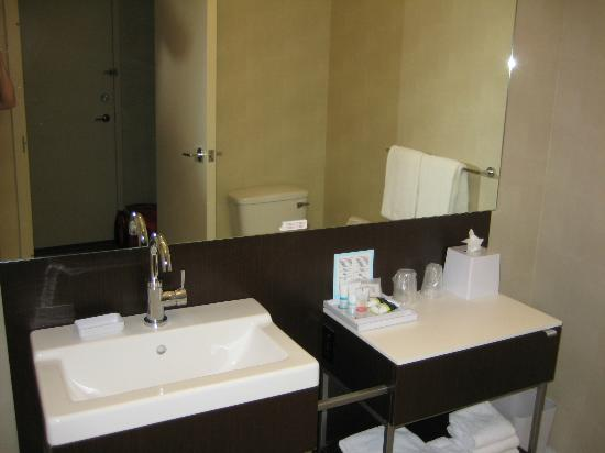 Four Points by Sheraton Levis Convention Centre: Large bathroom