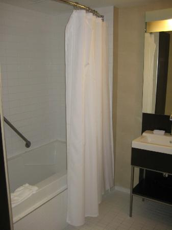 Four Points by Sheraton Levis Convention Centre: Nice tub and shower