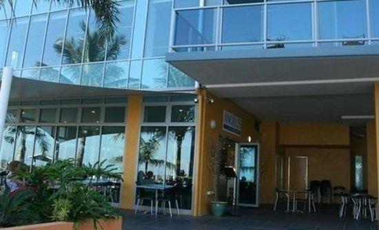 Angelo's On The Marina: Outside eating area