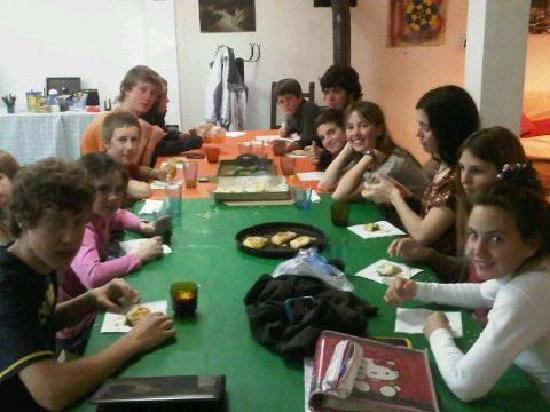 Hostel Ladera Norte: Compartiendo la mesa con amigos
