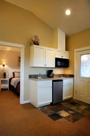 The Lighthouse Inn: Queen suite with kitchenette