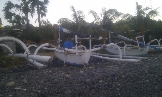 Wawa Wewe I Bungalows: Fishing boats on the beach