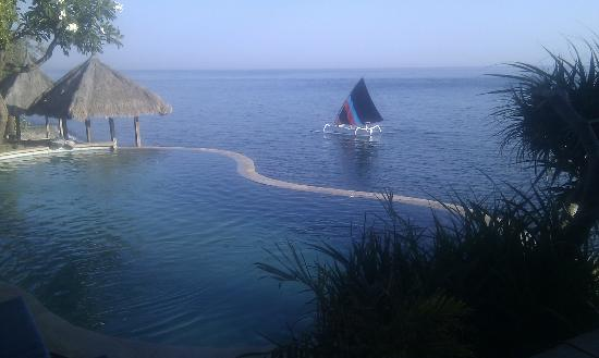 Wawa Wewe I Bungalows: At breakfast, fishing boats returning with pool in foreground