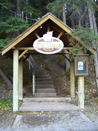 Waldhaus Restaurant: Entrance from the Bow Falls parking lot
