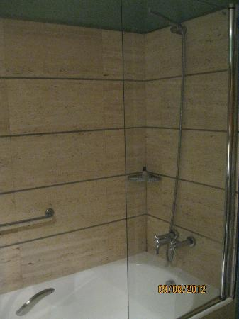 BAH Barcelona Airport Hotel: Shower