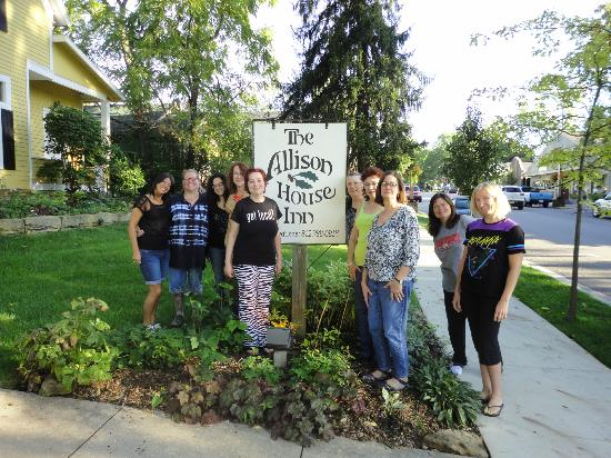 Allison House Inn: The whole group out front