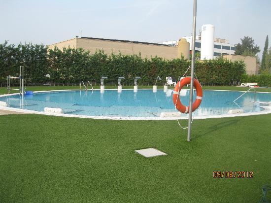 BAH Barcelona Airport Hotel: Pool area with turf like grass