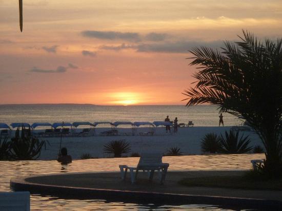 Coche Paradise Hotel Isla Margarita: atardecer desde la pileta