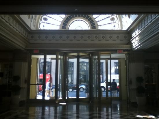 Hamilton Hotel Washington DC: Arched window and vaulted ceiling at main entrance