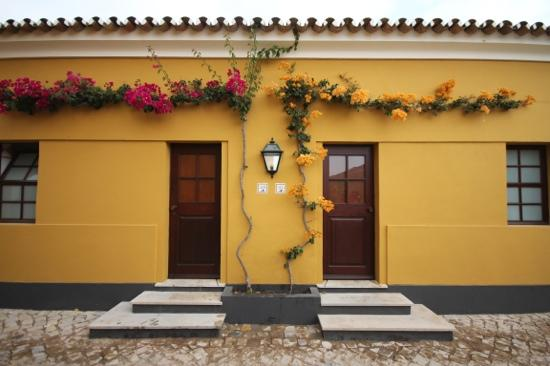 Vila Gale Albacora: flowering vines outside the rooms