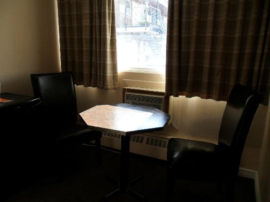 Howard Johnson Inn Kingston: Table et chaise..coin lunch