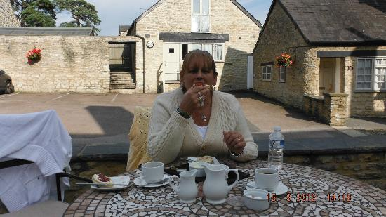 Cartwright Hotel: theres a patio in the courtyard to sit and have eats and drinks ,we had cream tea with scones.