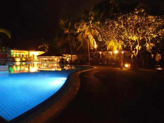 Ramada Bintang Bali Resort: Pool Area at night!