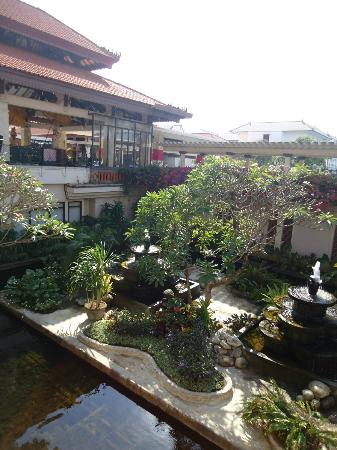 Bintang Bali Resort: Lovely garden near lobby.