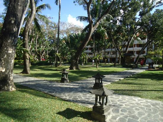 Ramada Bintang Bali Resort: Garden and Pathways