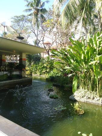 Ramada Bintang Bali Resort: Pond near the breakfast area!